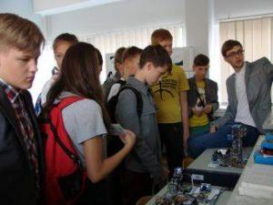 """Mokslo festivalis """"Erdvėlaivis žemė"""" Panevėžio moksleivius pakvietė į robotų pasaulį"""