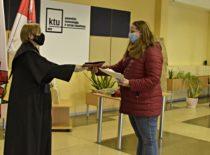 Dekanė, studentė, magistrantūros diplomas